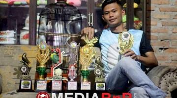 Rowi Pratama mendulang prestasi bersama Ipen lovebird kesayangannya