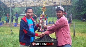 Agung Warok menyerahkan Trophy  juara pertama kepada pemilik MB Jangkrik Ireng