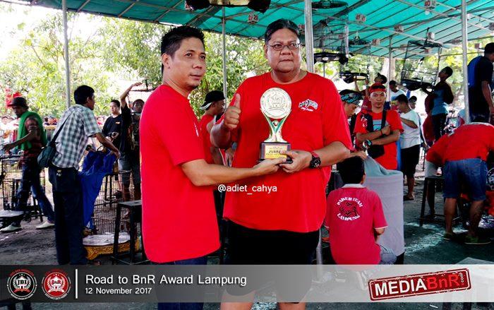 Arei Sri Bintang meraih trophy saat Chikun meraih juara pertama