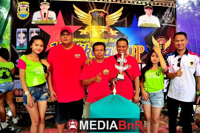 kang Ucup,Bung Ari dan Emank Chikun saat menerima trophy dikelas Murai Batu Walikota