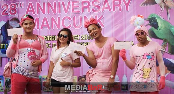Berpose Bersama Pemenang Kostum Pink