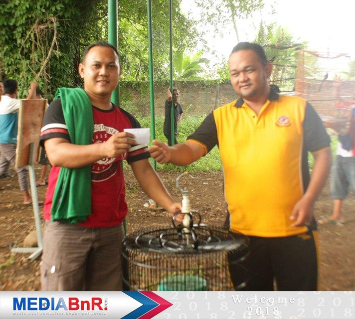 Bonus 100 ribu dari H. Hilman ketua Bnr Subang kepada juara ke-1 Murai Batu BnR yang dimenangkan Oscar andalan Rosi