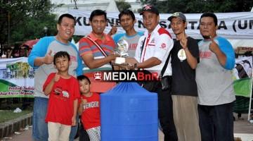 Budi Indo (Owner Indojaya) Menyerahkan Trophi Juara ke Ikbal 707 SF