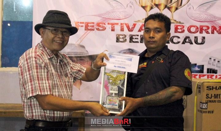 DR. Drs. Adrianus Asia Sidot, M.Si (kiri) saat Penyerahan Trophy Juara Umum SF Kepada Noval SF
