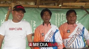 Dicky Bagar (kiri) ketua lapak Bagar Laswi Bandung.