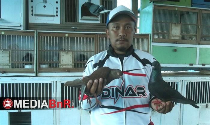Dinar Team  pengoleksi burung-burung hitam.