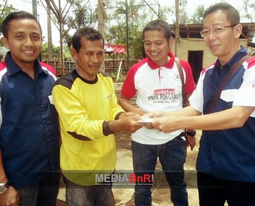 Djon Wie Perwakilan BnR Pusat Berikan Langsung Donasi Korban Banjir