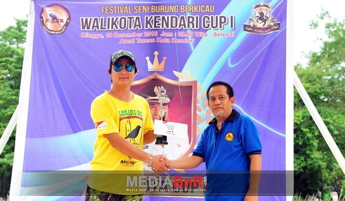 Donny Wijaya Mewakili Losari BC Menerima Trophy Juara Umum BC