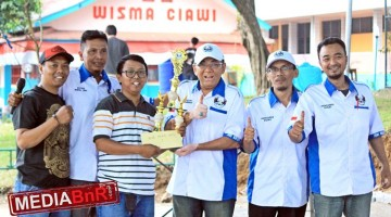 Drs. H. Setiaboedi, MM menyerahkan  hadiah juara bob murai batu