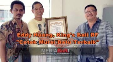 Eddy (tengah) Mendapat Penghargaan dari PBI Pengda Bali Diserahkan Ketuanya Mr. Fajar front