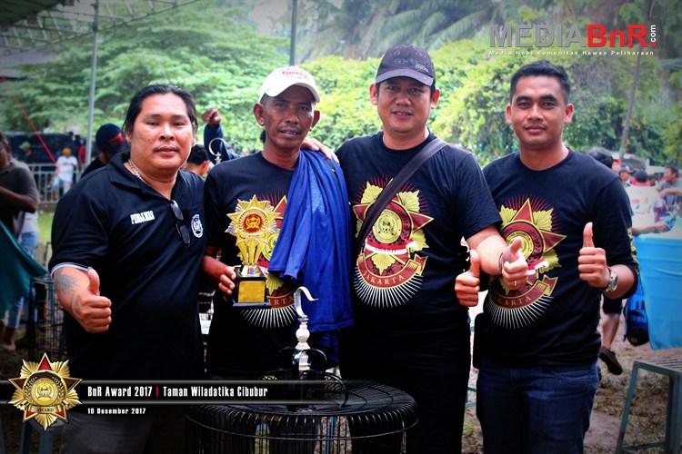 Foto bersama Andy Tatto, Kasim dan  rekan - rekan setelah Sharova cetak kemenangan