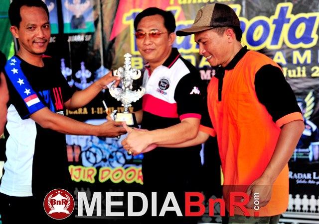 Gusmara saat menerima trophy juara 2 yang berhasil diraih Bintang Sheriff