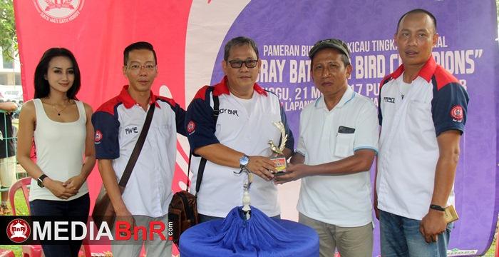 H Budiono menerima piala dari Bang Boy (foto Utama)