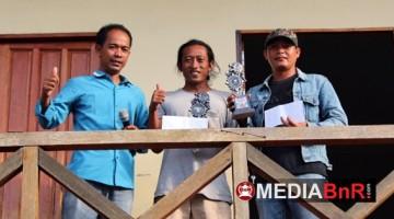 H. Amat Sukri (kiri) Menyerahkan Trophy Juara Bertahan Pleci dan Kapas Tembak
