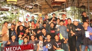 H. Ujang ketua panitia lomba dan KMB Bar Bar bersama sang juara di kelas kacer BOB