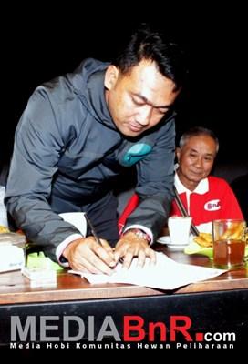 H. Wiebie Saat Menandatangani SK Pengangkatan Kepengurusan BnR Indonesia Cab. Malang