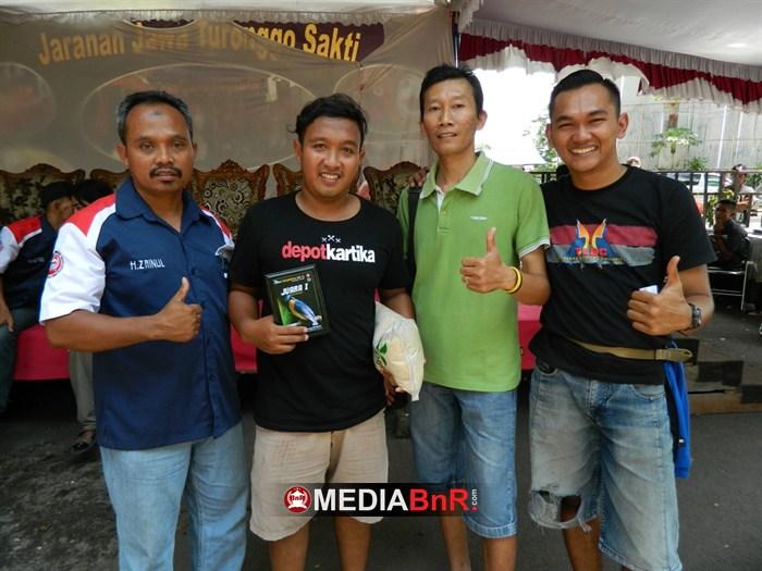 H. Zainul (kiri) ketua BnR Kediri saat memberikan trophy juara satu kelas Tledekan