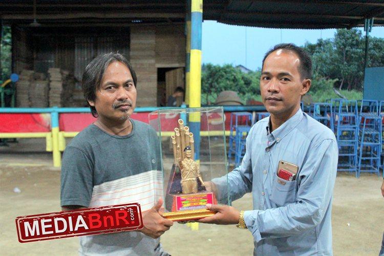 H.Ahmad (kanan) menyerahkan Trophy  Juara Umum Bird Club kepada Enggang BC