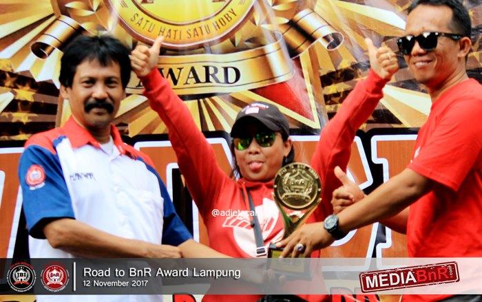 H.Anwar menyerahkan trophy runner up dikelas MB BOB kepada Umi Kasum