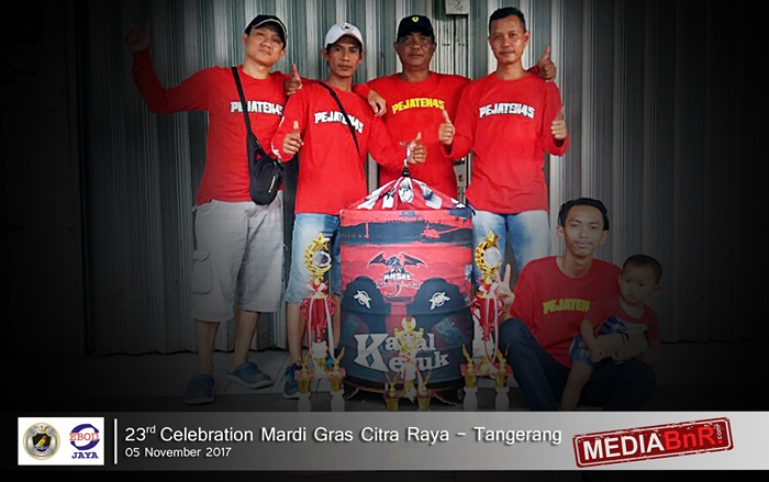 Harry Tomang bersama crew Pejaten45 merayakan kemenangan KK