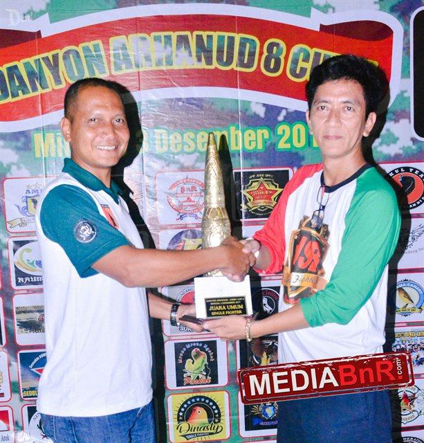 Hendro Semolo SF (kanan) terima tropi juara umum Sf dari Komandan Arhanud 8