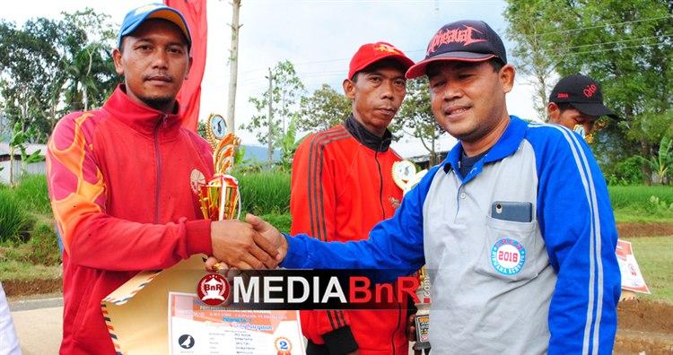 Joki Mac Giver Embatama menerima penghargaan juara 2.