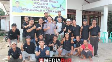 Kapolsek Tayan Hulu saat berfoto  dengan Panitia Kapolsek Tayan Hulu Cup