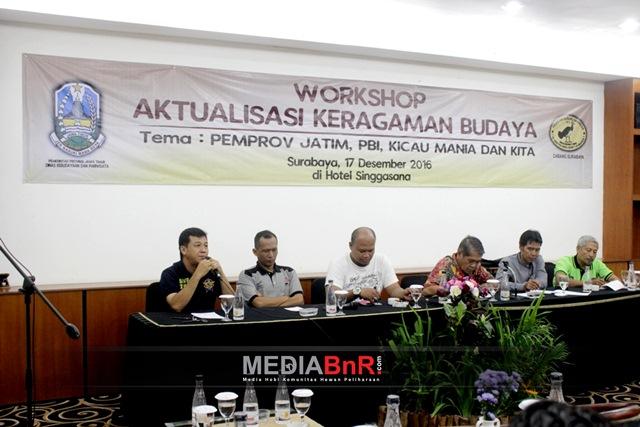 Ketua BnR Jatim Budi Robot saat menjadi moderator bersama perwakilan E.O perburungan Surabaya