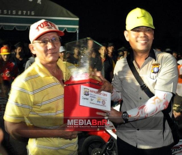 Kombes.Pol. Asep Taufik, S.I.K Menyerahkan Trophy Juara Umum ke Sampit BC