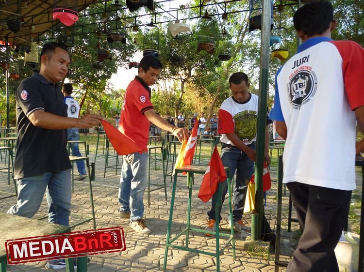 Kunti Menempati Gantangan Pinggir Diganjar Bendera Koncer Merah