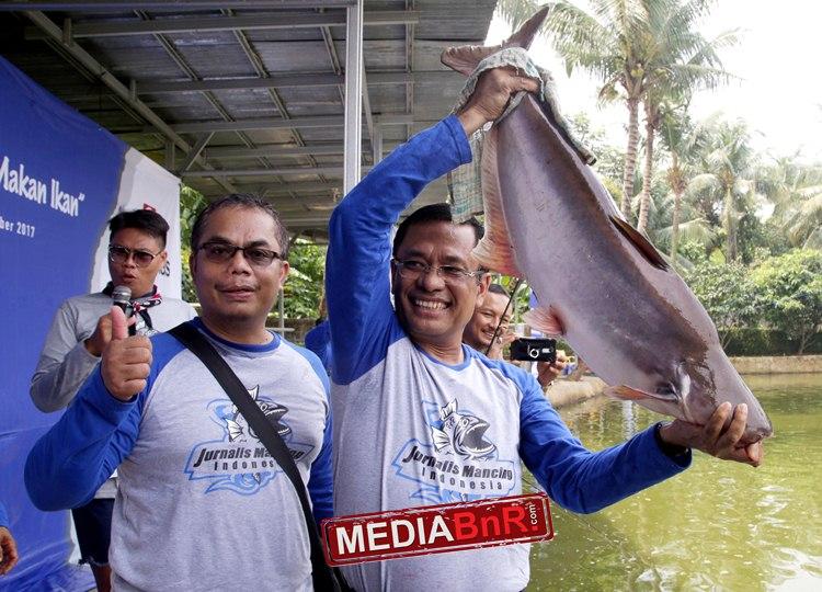 Mantan Menteri perindustrian Saleh Husin. Yang saat ini menjabat sebagai Managing Direktur Sinar Mas,  berhasil membetot induk patin di pemancingan Adhiraja Depok, kemarin (2110)