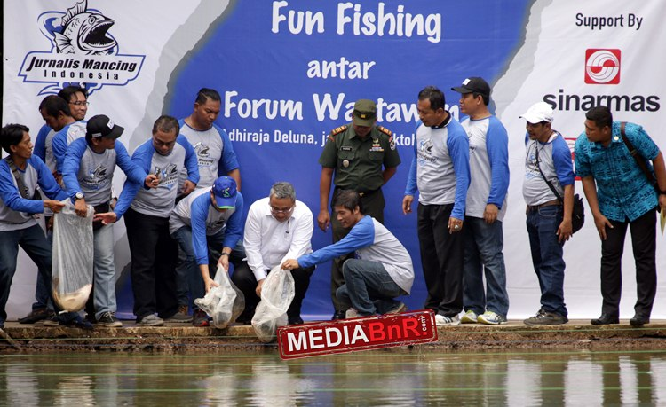 MenDes Dan Pembangunan Daerah Tertinggal Eko Putro Sandjojo bersama pembina JMI terlihat melepas puluhan ikan mas dilomba Antara forum wartawan, sabtu (2110) kemarin.