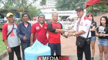 Mr Budi Indo menyerahkan piala kelas MB Ring Indovit kepada Mr Raya SF