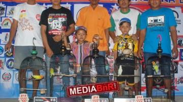 Mr, Dayat (kiri) bersama team Vitalis Sf sukses borong tropi juara kelas Lovebird