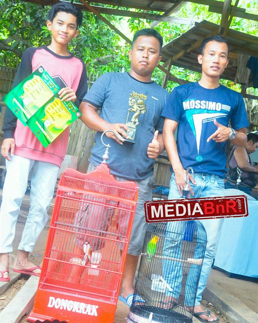 Mr, Gimo (tengah) hantar cendet Dongkrak dipodium 1