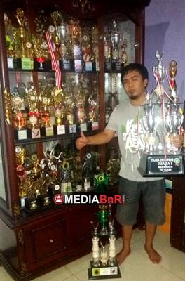 Mr. Aep dengan Beberapa Koleksi Trofinya