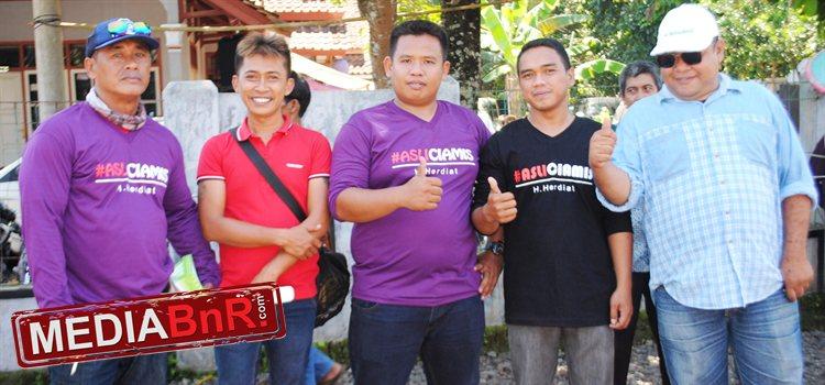 Mr. Dadan (tengah) bersama para pengurus lomba