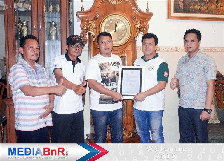 Mr. Den Bagus terima Surat tugas Duta PIALA PREAIDEN JOKOWI dari Budi Robot (Ketua BnR Jatim)