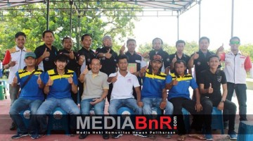 Mr. Heri Berpoto Bersama dengan Seluruh Tim Lomba Burung Berkicau JNE CUP