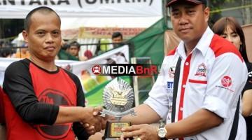Mr. Raya Menerima Tropi Juara Pertama dari Budi Indo (Owner Indojaya)