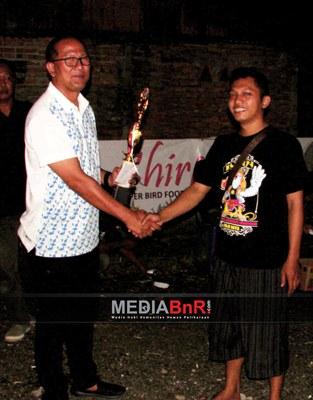 Mr. Toto Menyerahkan Trophy Juara BC Kepada Dunia Kartun BC