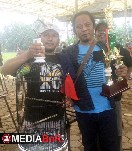Mr.Miko Menyerhkan Piala kepada  pemenang