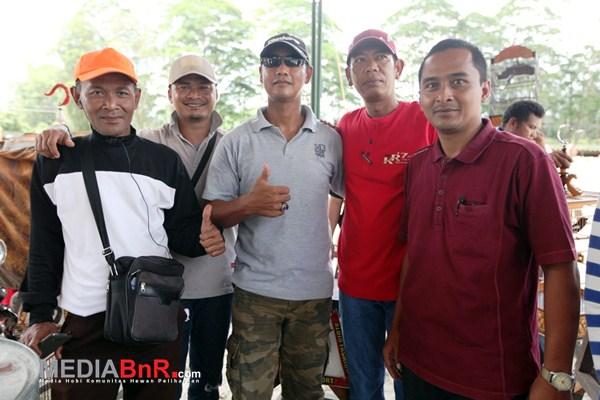 Mr.Ovan (kiri) Ketua sampuraga BC Berpose bersama Kicaumania (Foto: Ikrom/MediaBnR.Com)