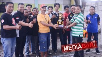 Pak RT Joko (baju kuning) terima tropi The best SF dari Abah Farhan
