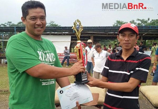 Pelan, Joki Hoki menerima Hadiah dan Piala juara Parkit