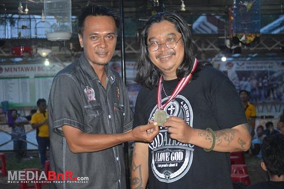 Pemberian medali special dari owner Mentawai BC bp. Edwin kepada Heidy PS (Foto: Herlambang/MediaBnR.Com)