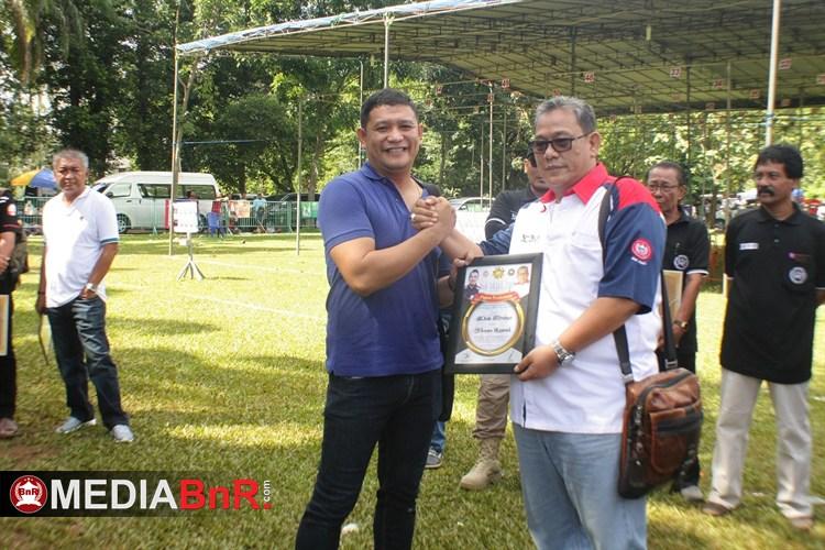 Penghargaan dari Bang Bang Boy diberikan kepada Dede Brebes  sebagai pemain Legend