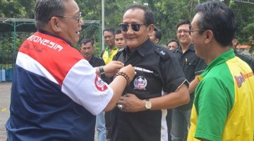 Penyematan seragam BnR kepada bapak Bambang sebagai Pembina BnR Semarang oleh BnR Satoe