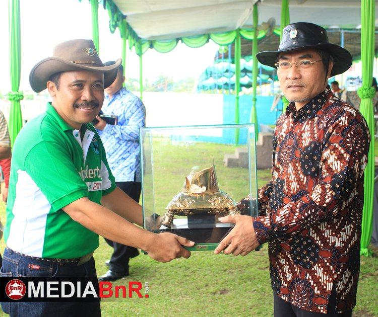 Penyerahan Trophy Piala Raja yang di Berikan Langsung Wakil Bupati Bantul Kepada Ketua Pelaksana