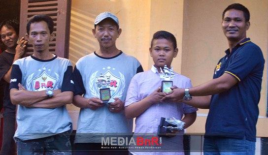 Penyerahan Trofi Secara Simbolis Oleh Mr. Temox Kepada Salah Satu Pemenang di Kelas Cendet